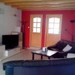 Wohnzimmer mit zwei Sofas und Fernseher